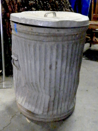 Trash can with lid_md